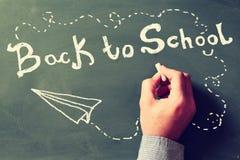 πίσω σχολείο έννοιας Δάσκαλος που γράφει ΠΙΣΩ στο ΣΧΟΛΕΙΟ Στοκ εικόνα με δικαίωμα ελεύθερης χρήσης