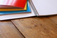 πίσω σχολείο έννοιας Σχολείο notbook στο γραφείο Στοκ Φωτογραφία