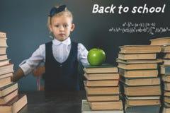 πίσω σχολείο Έξυπνο βιβλίο ανάγνωσης σχολικών κοριτσιών στη βιβλιοθήκη Στοκ Εικόνα