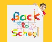 πίσω σχολείο Μικρό κορίτσι με ένα λευκό χαρτόνι Στοκ φωτογραφίες με δικαίωμα ελεύθερης χρήσης