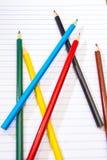 πίσω σχολείο Μολύβια χρώματος χαρτικά σημειωματάριο Στοκ Εικόνες