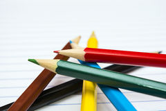 πίσω σχολείο Μολύβια χρώματος χαρτικά σημειωματάριο Στοκ εικόνες με δικαίωμα ελεύθερης χρήσης