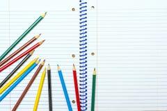 πίσω σχολείο Μολύβια χρώματος χαρτικά σημειωματάριο Στοκ φωτογραφία με δικαίωμα ελεύθερης χρήσης