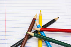 πίσω σχολείο Μολύβια χρώματος χαρτικά σημειωματάριο Στοκ Εικόνα