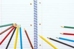πίσω σχολείο Μολύβια χρώματος χαρτικά σημειωματάριο Στοκ Φωτογραφίες