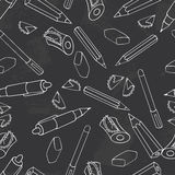 πίσω σχολείο Πράσινο διάνυσμα πινάκων κιμωλίας Άνευ ραφής υπόβαθρο σχεδίων πινάκων Μολύβι, στυλός, sharpener και χαρτικά ελεύθερη απεικόνιση δικαιώματος