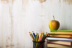 πίσω σχολείο Apple σε έναν σωρό των βιβλίων σε έναν ελαφρύ ξύλινο πίνακα Στοκ φωτογραφία με δικαίωμα ελεύθερης χρήσης
