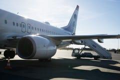 Πίσω τέλος ενός αεροπλάνου που επιβιβάζεται στον αερολιμένα, σαφής ουρανός Στοκ Φωτογραφία