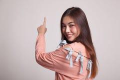Πίσω της ασιατικής γυναίκας σχετικά με την οθόνη με το δάχτυλό της Στοκ εικόνες με δικαίωμα ελεύθερης χρήσης