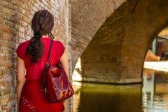Πίσω της γυναίκας στο παλαιό ιταλικό χωριό στοκ εικόνα με δικαίωμα ελεύθερης χρήσης