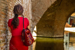 Πίσω της γυναίκας στο παλαιό ιταλικό χωριό στοκ φωτογραφία