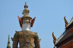 Πίσω του αγάλματος και της στέγης στο μεγάλο παλάτι στη Μπανγκόκ Στοκ Φωτογραφίες