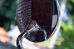 Πίσω του καθρέφτη της μοτοσικλέτας με το ύφος χρωμίου στοκ φωτογραφία