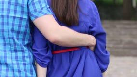 Πίσω του νέου ζεύγους στο μπλε περπάτημα στην οδό απόθεμα βίντεο