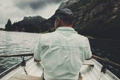 Πίσω του rower στην μπροστινά όμορφα λίμνη Seealpsee και mou Alpstein Στοκ Φωτογραφία