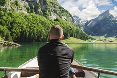 Πίσω του rower στην μπροστινά όμορφα λίμνη Seealpsee και mou Alpstein Στοκ φωτογραφία με δικαίωμα ελεύθερης χρήσης