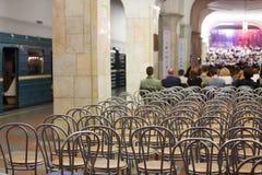 Πίσω των ανθρώπων που κάθονται και που εξετάζουν την τραγουδώντας χορωδία Στοκ εικόνα με δικαίωμα ελεύθερης χρήσης