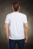 Πίσω τύπος ατόμων άποψης στο κενό πουκάμισο με το διάστημα αντιγράφων Στοκ Εικόνα