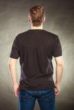 Πίσω τύπος ατόμων άποψης στο κενό πουκάμισο με το διάστημα αντιγράφων Στοκ Φωτογραφίες