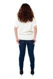 Πίσω όψη μιας μακρυμάλλους γυναίκας πέρα από το λευκό Στοκ Εικόνες