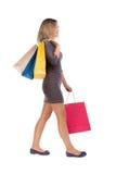 Πίσω όψη της πηγαίνοντας γυναίκας με τις τσάντες αγορών Στοκ φωτογραφία με δικαίωμα ελεύθερης χρήσης