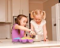 πίσω muffins αδελφές δύο Στοκ Εικόνες