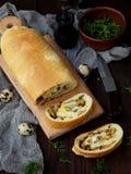 Πίτα λάχανων με τα αυγά, τα πράσινους κρεμμύδια και το μαϊντανό σε ένα σκοτεινό ξύλινο υπόβαθρο Σπιτικό αλμυρό αλμυρό κέικ Διάστη Στοκ Φωτογραφίες