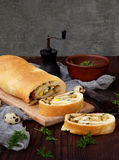 Πίτα λάχανων με τα αυγά, τα πράσινους κρεμμύδια και το μαϊντανό σε ένα σκοτεινό ξύλινο υπόβαθρο Σπιτικό αλμυρό αλμυρό κέικ Διάστη Στοκ Εικόνες