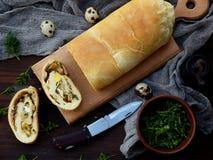 Πίτα λάχανων με τα αυγά, τα πράσινους κρεμμύδια και το μαϊντανό σε ένα σκοτεινό ξύλινο υπόβαθρο Σπιτικό αλμυρό αλμυρό κέικ Στοκ εικόνα με δικαίωμα ελεύθερης χρήσης