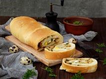 Πίτα λάχανων με τα αυγά, τα πράσινους κρεμμύδια και το μαϊντανό σε ένα σκοτεινό ξύλινο υπόβαθρο Σπιτικό αλμυρό αλμυρό κέικ Στοκ Φωτογραφίες