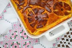 Πίτα λάχανων στο κεντημένο ύφασμα borscht ρωσική σούπα κουζίνας κινηματογραφήσεων σε πρώτο πλάνο Στοκ εικόνες με δικαίωμα ελεύθερης χρήσης