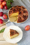 Πίτα ή κέικ δαμάσκηνων με την κανέλα και τη ζάχαρη Κέικ δαμάσκηνων από την εφημερίδα New York Times Εκλεκτική εστίαση Στοκ Εικόνα