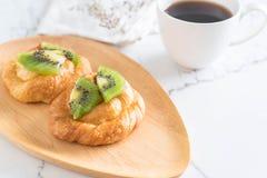 πίτα ακτινίδιων στο πιάτο Στοκ φωτογραφίες με δικαίωμα ελεύθερης χρήσης
