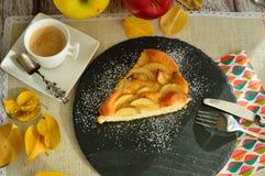 Πίτα εύγευστων μήλων για να απολαύσει ως πρόχειρο φαγητό ή πρόγευμα Στοκ Φωτογραφία