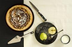 Πίτα ζύμης της Apple με την κανέλα και ζάχαρη στο μαύρο πιάτο Στοκ Εικόνες
