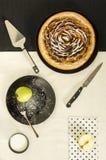 Πίτα ζύμης της Apple με την κανέλα και ζάχαρη στο πιάτο Στοκ φωτογραφία με δικαίωμα ελεύθερης χρήσης