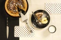Πίτα ζύμης της Apple με την κανέλα στο μαύρο πιάτο Στοκ Φωτογραφία