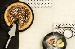 Πίτα ζύμης της Apple με τη ζάχαρη στο μαύρο πιάτο Στοκ φωτογραφία με δικαίωμα ελεύθερης χρήσης