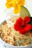 Πίτα θίχουλων της Apple με τα λουλούδια Στοκ εικόνες με δικαίωμα ελεύθερης χρήσης