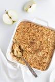 Πίτα θίχουλων της Apple στο άσπρο πιάτο ψησίματος Στοκ Εικόνα