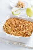 Πίτα θίχουλων της Apple στο άσπρο πιάτο ψησίματος Στοκ Φωτογραφία