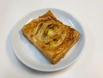 Πίτα κάρρυ κοτόπουλου στο άσπρο πιάτο στοκ εικόνα με δικαίωμα ελεύθερης χρήσης