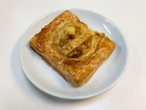 Πίτα κάρρυ κοτόπουλου στο άσπρο πιάτο στοκ εικόνες