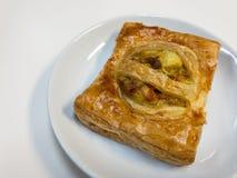 Πίτα κάρρυ κοτόπουλου στο άσπρο πιάτο Στοκ Εικόνα