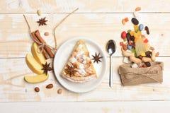 Πίτα και γλυκά της Apple στο εκλεκτής ποιότητας ξύλινο υπόβαθρο Στοκ φωτογραφίες με δικαίωμα ελεύθερης χρήσης