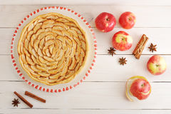 Πίτα και συστατικά της Apple - μήλα και κανέλα Στοκ φωτογραφίες με δικαίωμα ελεύθερης χρήσης