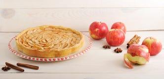 Πίτα και συστατικά της Apple - μήλα και κανέλα Στοκ φωτογραφία με δικαίωμα ελεύθερης χρήσης