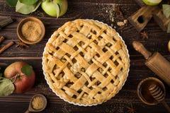 Πίτα και συστατικά της Apple στο ξύλινο υπόβαθρο Στοκ εικόνες με δικαίωμα ελεύθερης χρήσης