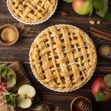 Πίτα και συστατικά της Apple στο ξύλινο υπόβαθρο Στοκ Εικόνα