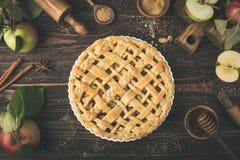 Πίτα και συστατικά της Apple στο ξύλινο υπόβαθρο Στοκ Εικόνες